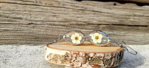Kolczyki z białym kwiatem