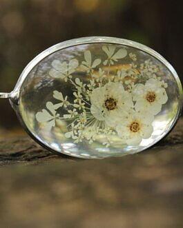 Subtelny komplet z kremowymi kwiatami