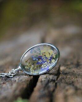 Niezapominajka w towarzystwie polnych kwiatów