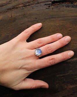 Mały pierścionek z niebieskim Chabrem